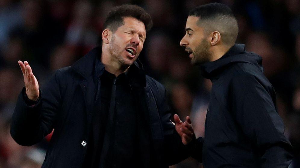 Foto: Simeone, con cara de frustración, en el momento que es expulsado en el partido contra el Arsenal. (Reuters)
