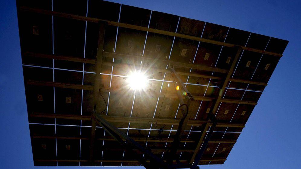 Foto: Instalación de un panel fotovoltaico. (EFE)