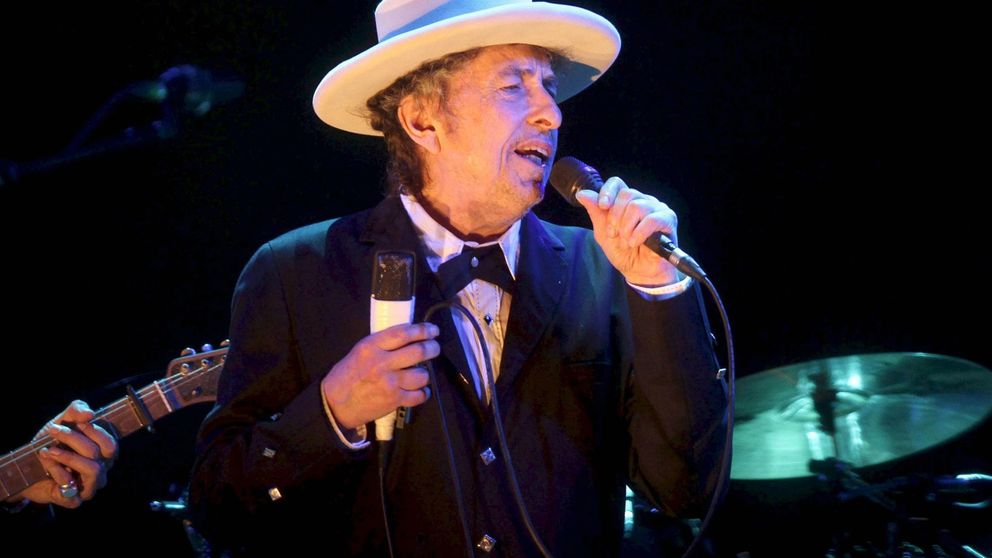 Sin cámaras ni ceremonia: Bob Dylan por fin recoge su Nobel de Literatura