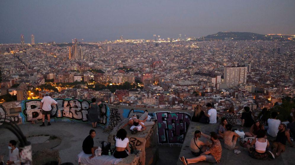 Foto: Jóvenes y turistas en Barcelona. (Reuters)
