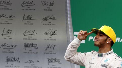 Hamilton: ¿Qué le pasa al campeón, que le están mojando la oreja?