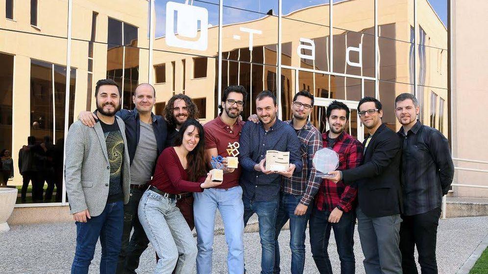 Foto: Los miembros de Tessera Studios posan con los tres premios que han ganado, incluido el último en el SXSW. (Tessera)