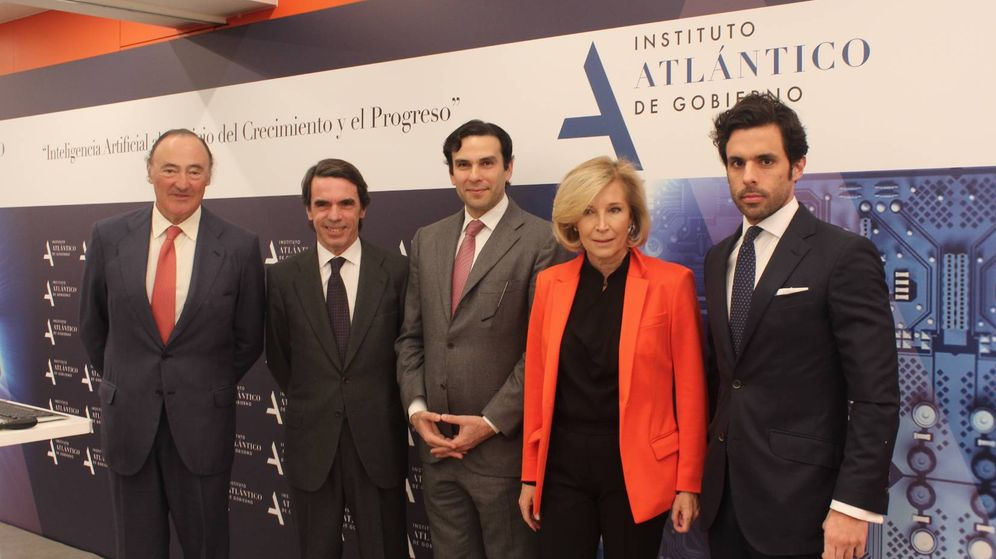 Foto: José María Aznar junto a su hijo Alonso y varios acompañantes en un acto del instituto. (Foto: Instituto Atlántico de Gobierno)