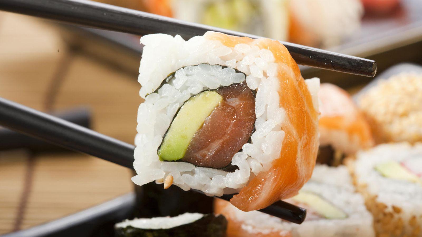Foto: El sushi nunca debe comerse con cuchillo y tenedor. (iStock)