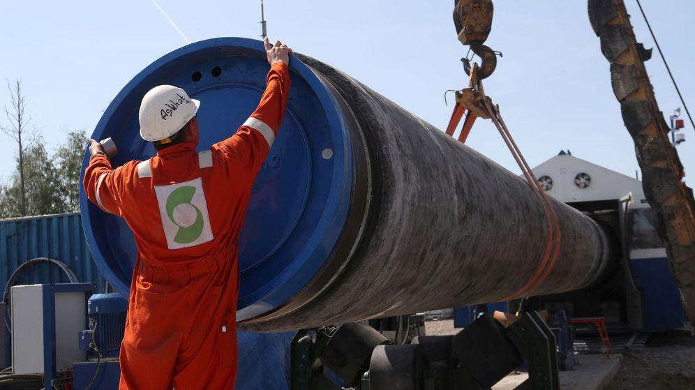 Foto: Un operario trabaja en la construcción del gasoducto Nord Stream 2. (Reuters)
