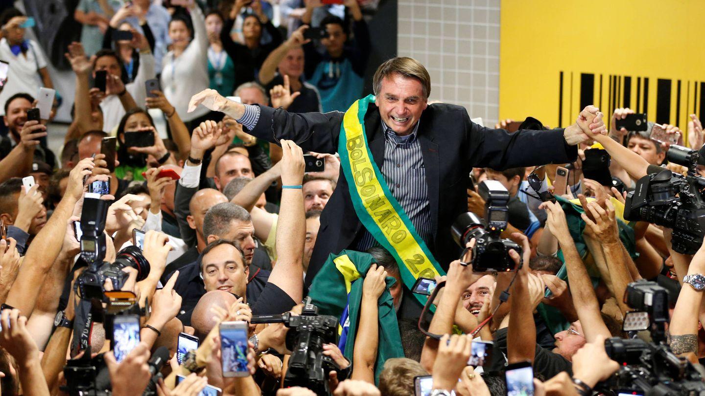 Jair Bolsonaro, pre-candidato para las presidenciales en Brasil, rodeado de simpatizantes en Curitiba. (Reuters)