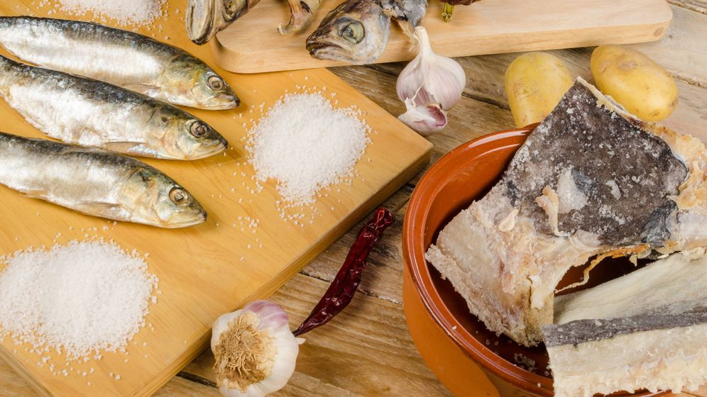 Foto: Deshidratación del pescado por medio de sal. (iStock)