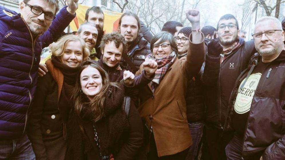 Foto: Mireia Boya junto a varios compañeros de la CUP antes de entrar al Tribunal Supremo. (Twitter @CUPPonent)