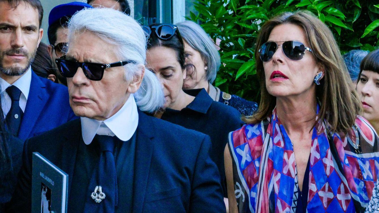 Foto: La princesa Carolina de Mónaco y Karl Lagerfeld asistiendo al 30 aniversario del Festival de Fotografia de Moda, en Hyères. (Cordon Press)