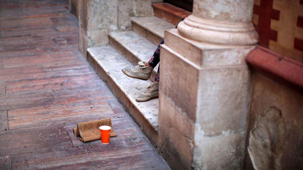 Foto: Una mujer pide dinero en la calle. (Reuters)