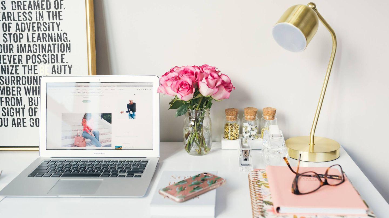 Un escritorio con un toque de color. (Arnel Hasanovic para Unsplash)