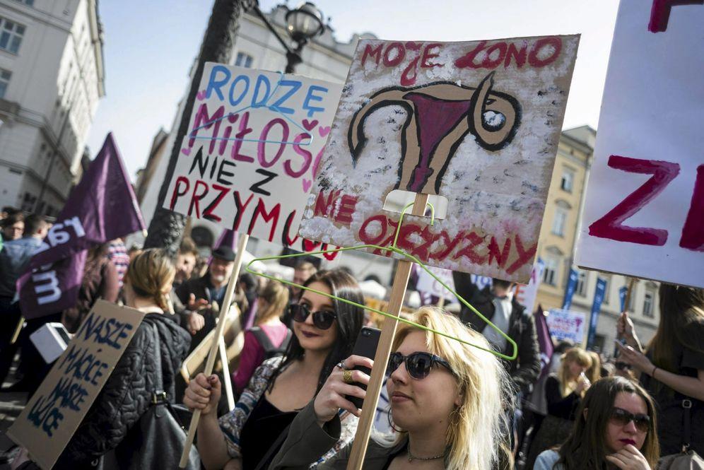 Foto: Manifestación contra la prohibición del aborto en Cracovia, Polonia, el 3 de abril de 2016, la primera de una serie de protestas multitudinarias contra el nuevo Gobierno (Reuters)