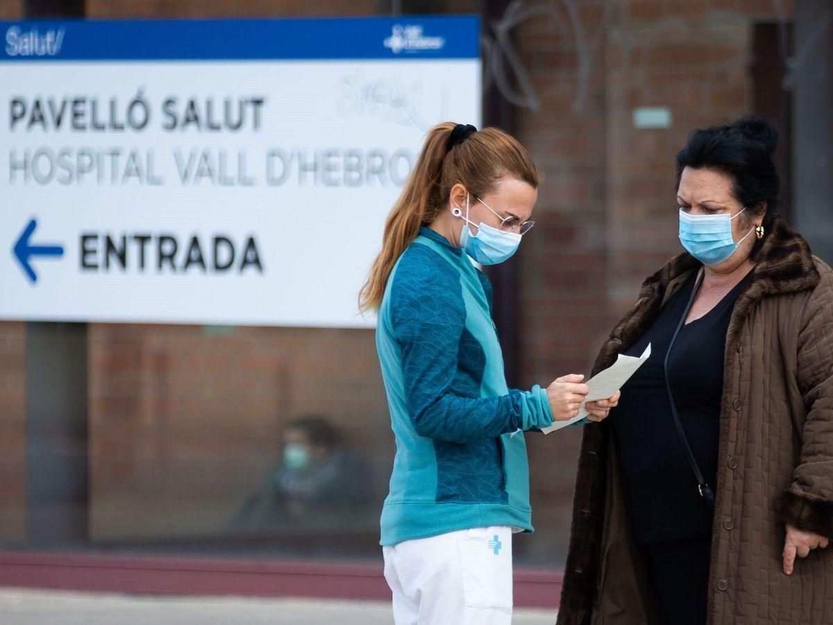 Foto: Una sanitaria en la entrada del hospital Vall d'Hebron de Barcelona. (EFE)