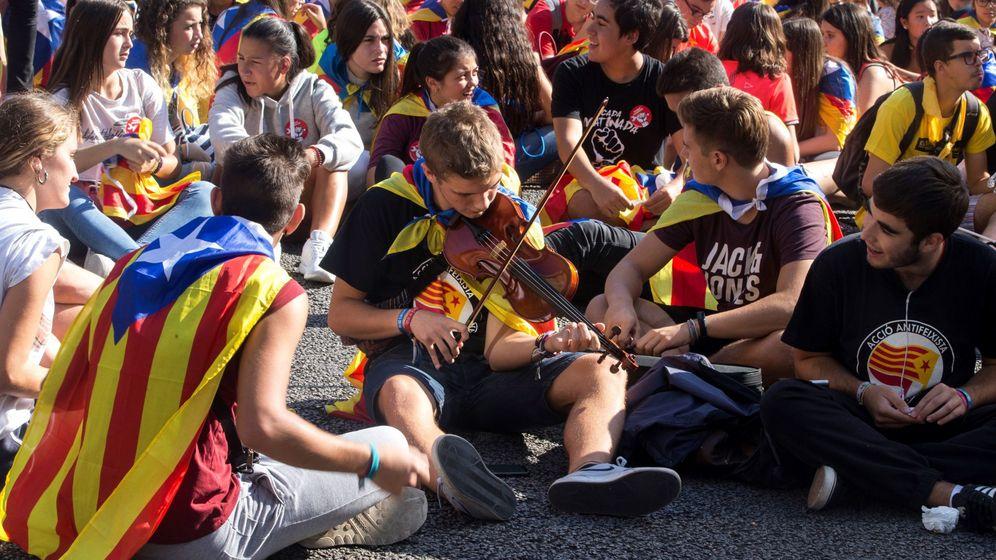 Foto: Varios jovenes cortan la Gran Vía de Barcelona antes de iniciarse la manifestación estudiantil. (EFE)