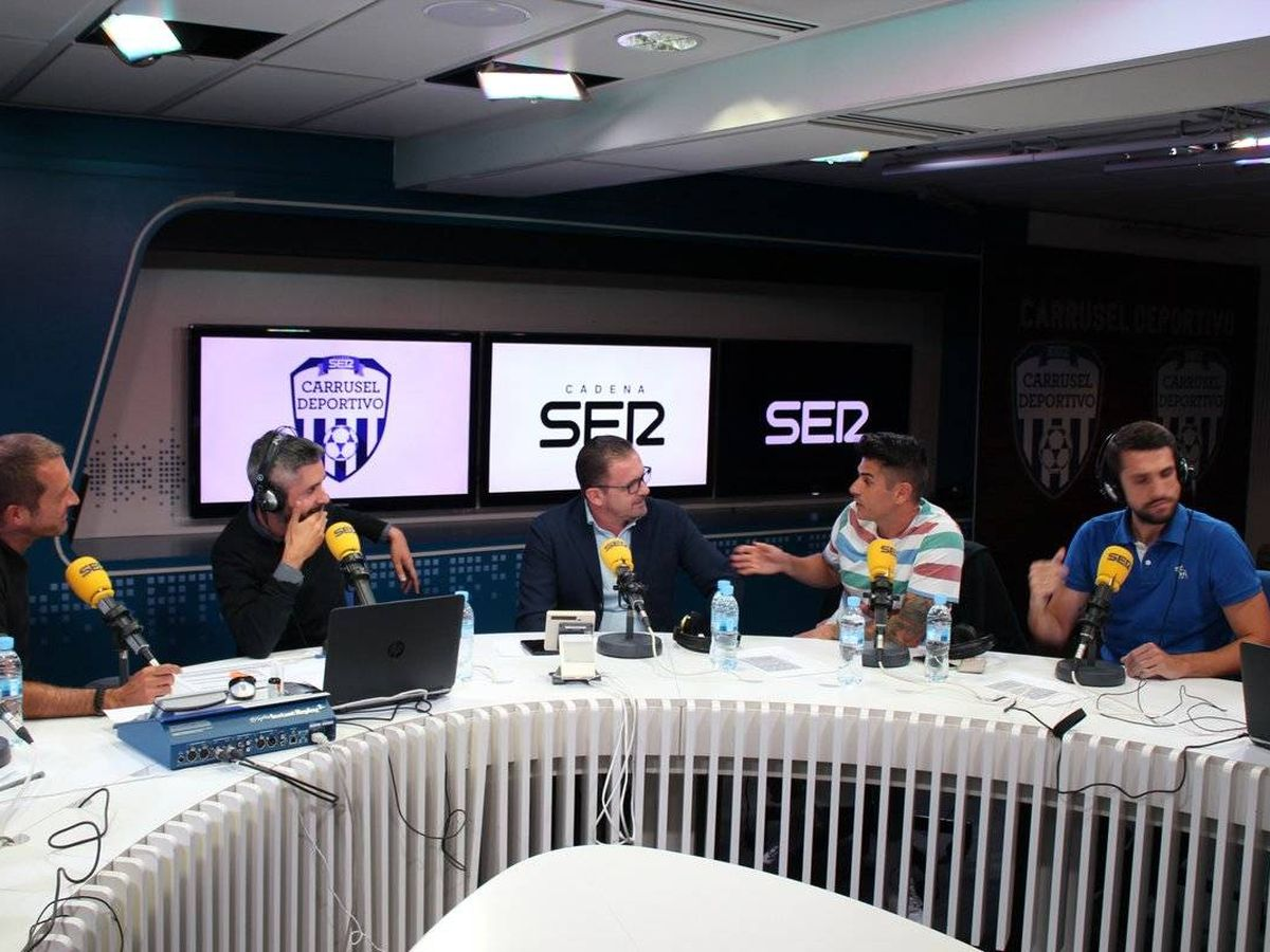 Foto: Álvaro Benito habla con Pedja Mijatovic en Carrusel Deportivo, de la Cadena SER