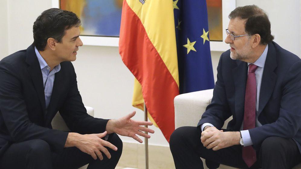 Foto: El presidente del Gobierno, Mariano Rajoy (d), y el secretario general del PSOE, Pedro Sánchez. (EFE)
