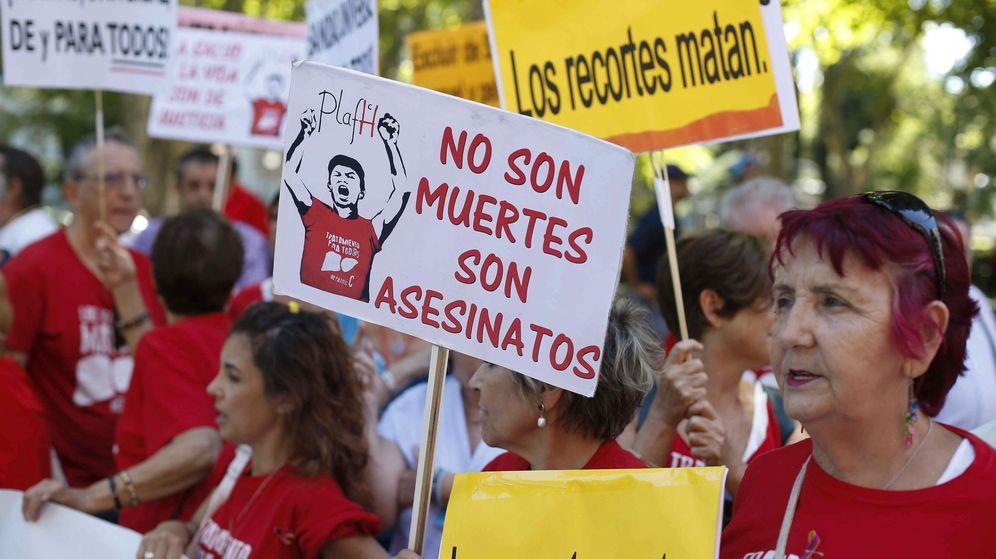 Foto: Manifestación en 2015 para protestar contra los recortes sanitarios. (EFE)