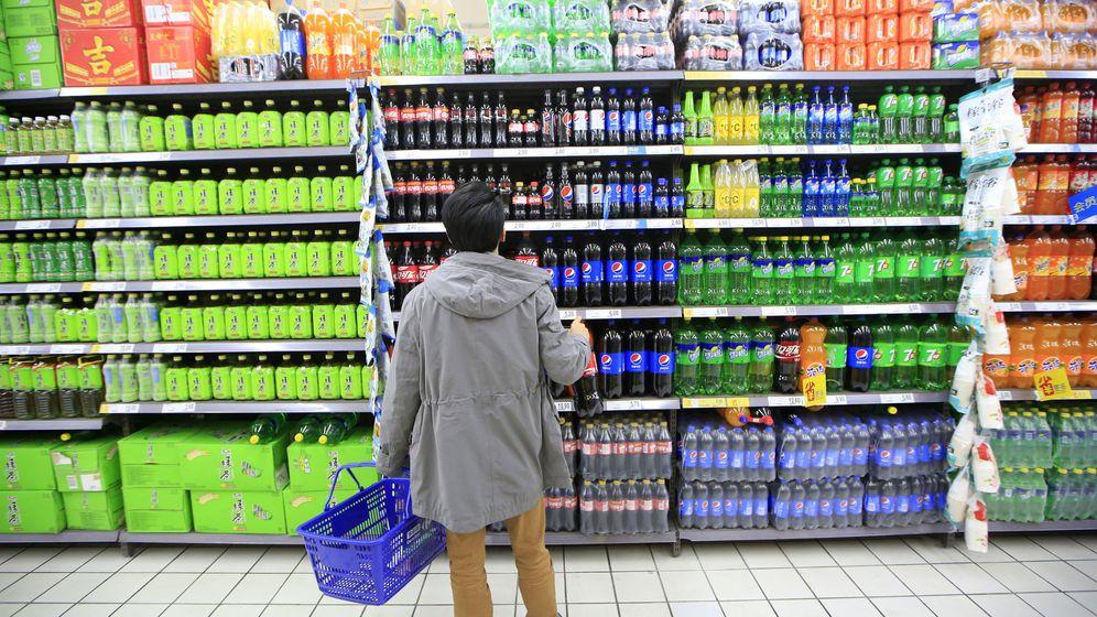 Foto: Un consumidor en un supermercado delante del stand de bebidas. (Reuters)