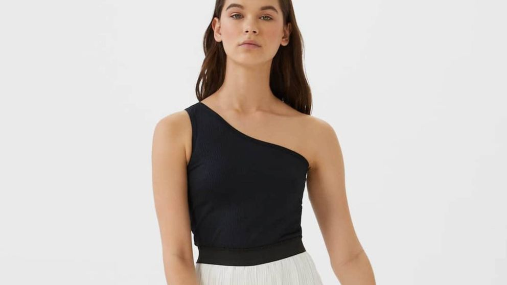Stradivarius demuestra que el color blanco nos hará adelgazar una talla gracias a esta falda