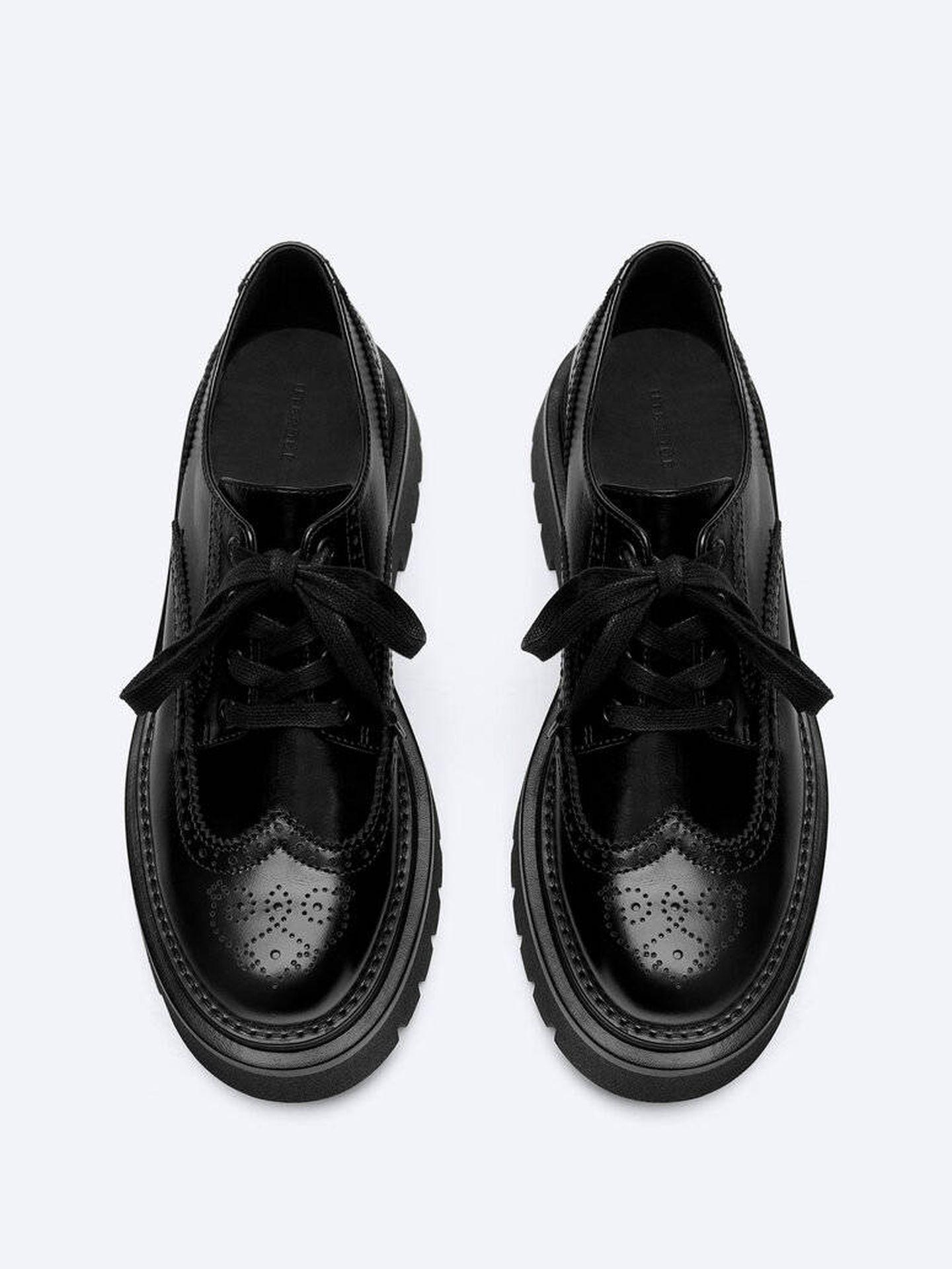 Los zapatos planos de Uterqüe. (Cortesía)