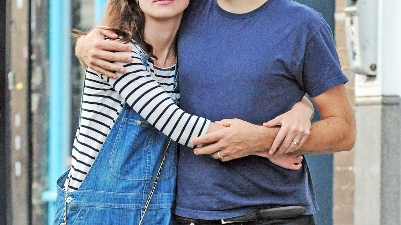 Keira Knightley y su marido paseando por las calles de Londres. (Cordon Press)