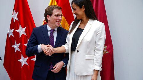 Almeida saca la bandera de España en Cibeles días después de que lo exigiera Vox