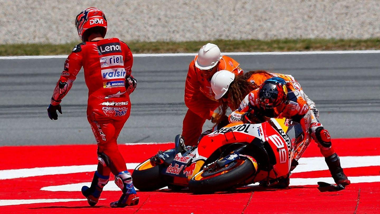 Jorge Lorenzo trata de levantar su moto tras la caída en el GP de Catalunya. (EFE)