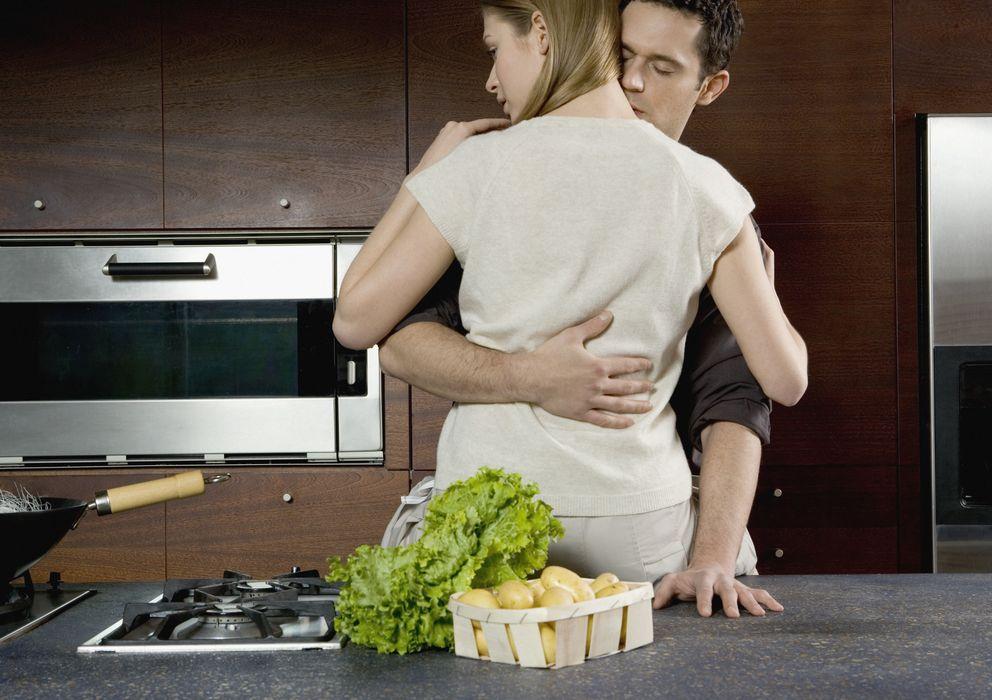 секс парня на кухне