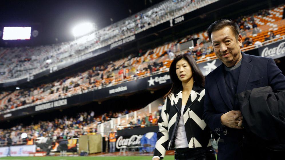Foto: Peter Lim, en Mestalla, a los meses de comprar el club. (EFE)