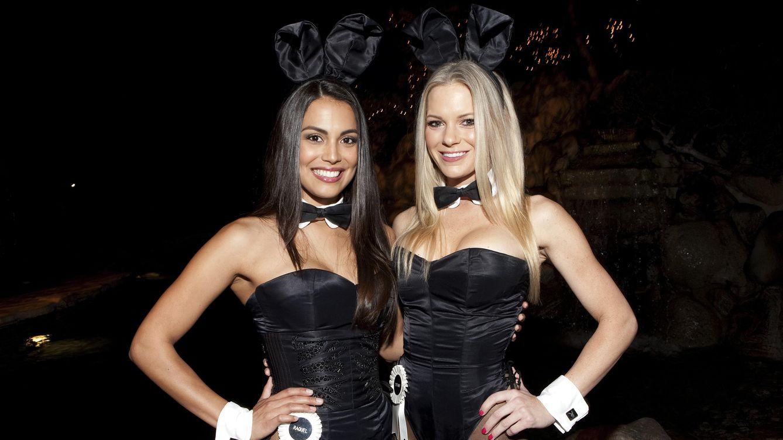 Foto: Raquel Pomplun y Tiffany Selby, dos de las conocidas como 'conejitas', en una fiesta en la mansión celebrada en noviembre del 2013. (Kenneth Johansson/Corbis)