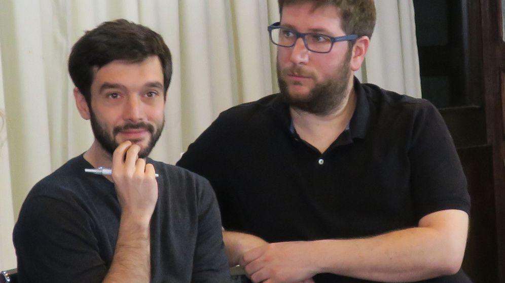 Foto: Pablo Bustinduy (i), responsable de Internacional, y Miguel Urbán (d), eurodiputado y responsable de Derechos Humanos, en un encuentro con emigrados españoles en Argentina. (EFE)