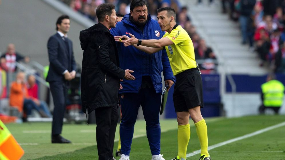 Foto: Simeone y su segundo, el Mono Burgos, hablan con Estrada Fernández. (EFE)