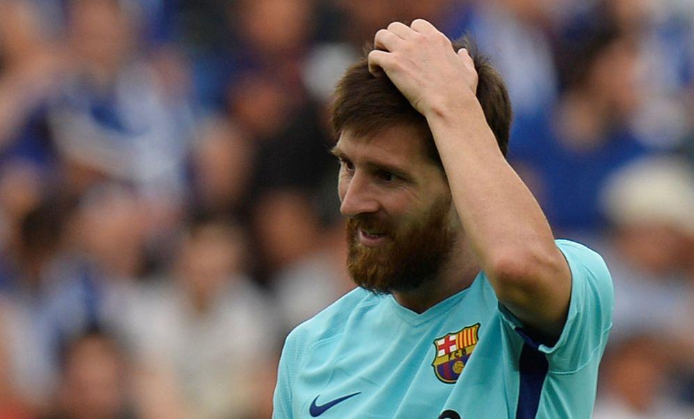 Foto: Messi, con gesto serio durante el partido Alavés-Barcelona. (Reuters)