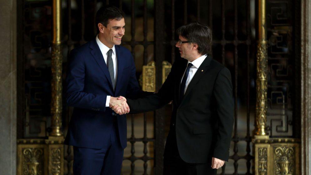 Foto:  El presidente de la Generalitat, Carles Puigdemont (d), y el secretario general del PSOE, Pedro Sánchez. (EFE)