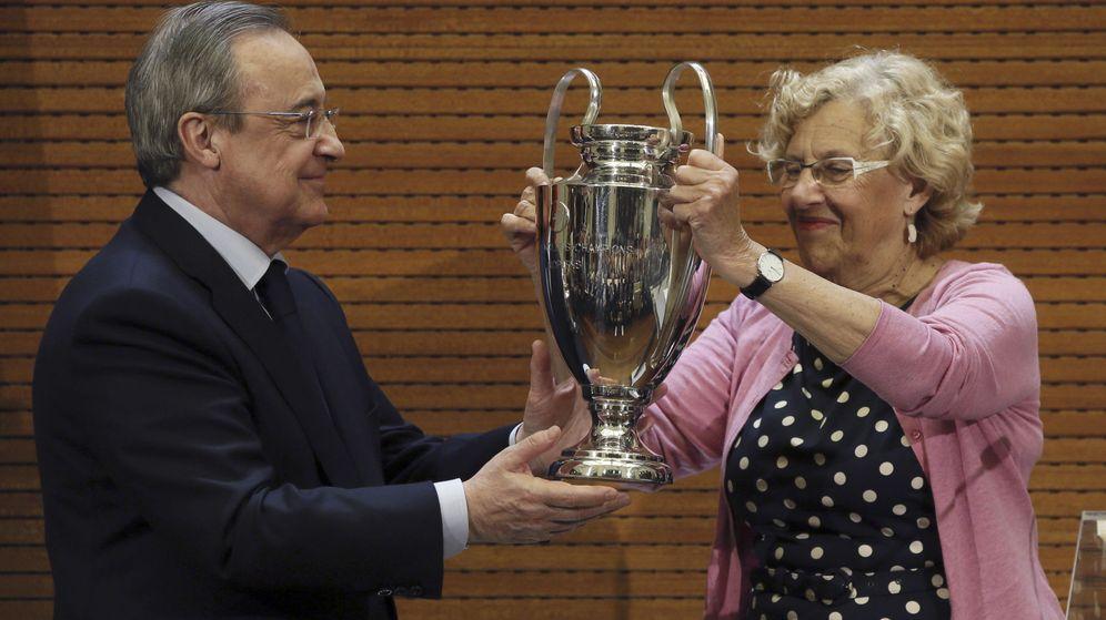 Foto: La alcaldesa de Madrid, Manuela Carmena, recibe de manos del presidente del Real Madrid, Florentino Pérez, una réplica del trofeo de la Liga de Campeones. (EFE)