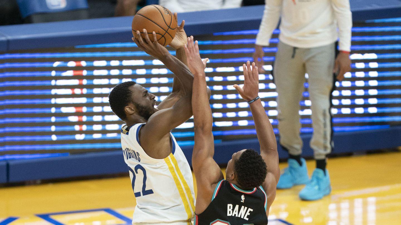 Andrew Wiggins lanza en un partido con los Warriors. (Reuters)