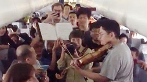 Un improvisado concierto en un avión