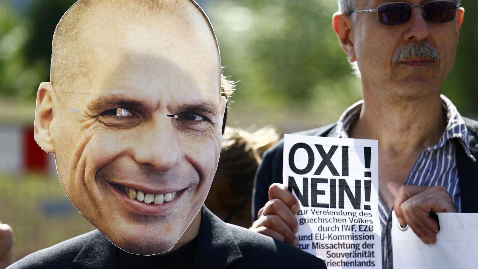 Foto: Un manifestante con una careta de Varufakis (Reuters)