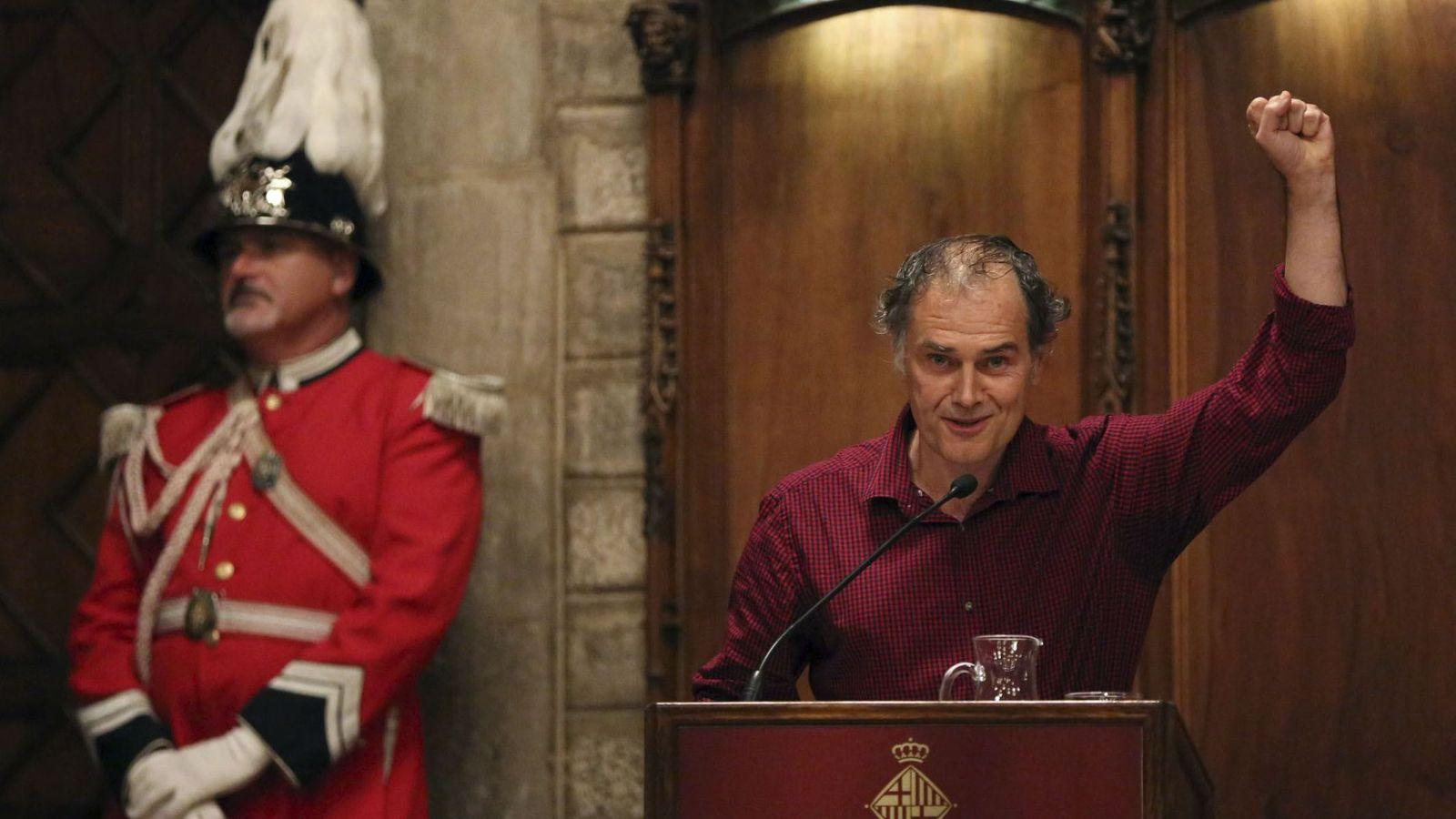 Foto: El escritor Javier Pérez Andújar, durante el pregón de apertura de las fiestas de la Mercè. (EFE)