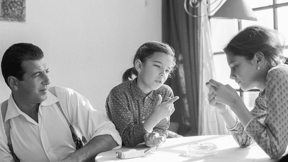 Foto: Antonio Ordonez con sus dos hijas. (Getty)