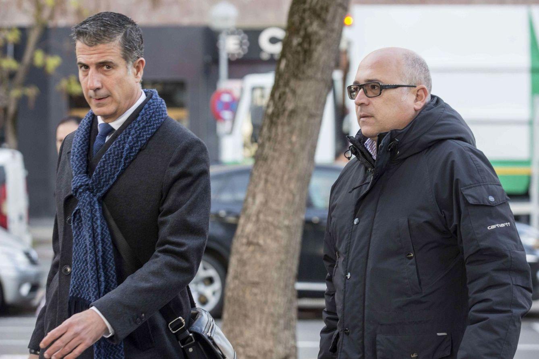 Foto: Alfredo de Miguel (derecha) llega al Palacio de Justicia de Vitoria en compañía de su abogado, Gonzalo Susaeta, durante una de las sesiones del juicio. (EFE)