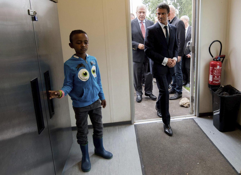 Foto: El primer ministro francés, Manuel Valls, durante su visita al centro de acogida de inmigrantes Jules-Ferry en Calais, Francia, el 31 de agosto de 2015 (Efe).