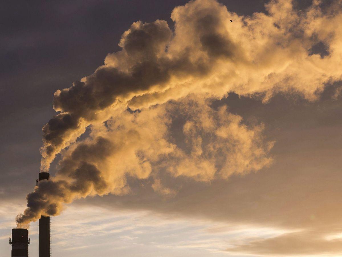 Foto: Humo procedente de las chimeneas de unas fábricas. (EFE)