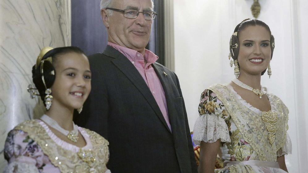 Foto: El alcalde de Valencia, Joan Ribó, junto a las Falleras Mayores de 2016 (EFE)
