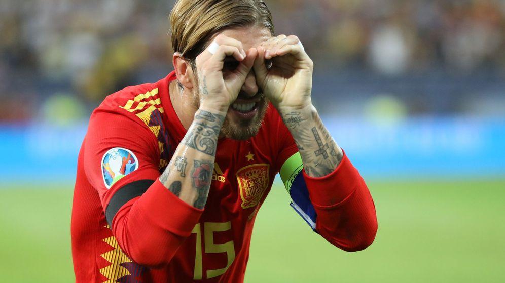 Foto: Sergio Ramos celebra el gol de penalti en Rumanía con un gesto imitando unas gafas. (EFE)