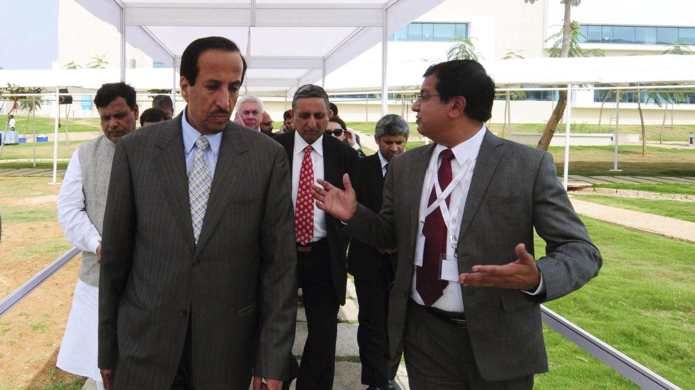 El príncipe saudí Saud bin Abdulá bin Zenayan al-Saud (izq), presidente de  Saudi Basic Industries Corporation (Sabic), visitan un centro tecnológico en la India en 2013. (EFE)