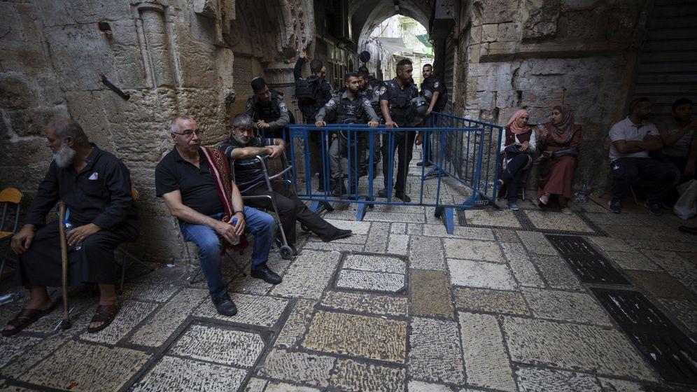 Foto: Varios palestinos esperan fuera de la Puerta de los Leones, el acceso principal al complejo en el que se encuentra la Mezquita de Al Aqsa en Jerusalén. (EFE)