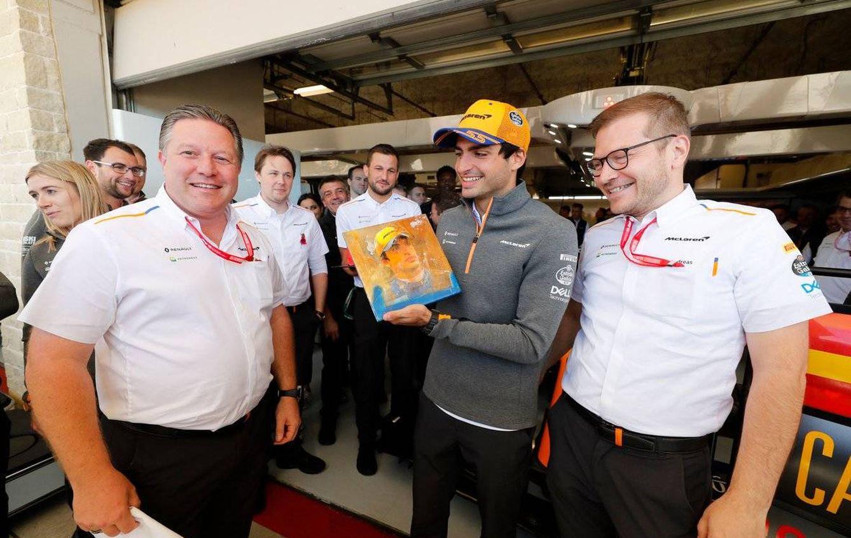 Zak Brown dió la vuelta a McLaren como un guante, y Seidl y Sainz contribuyeron con su trabajo en la pista