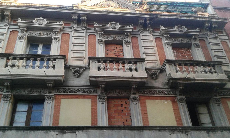 Imagen de la fachada centenaria de Can Dimoni, hoy tapiada. (Elpratllibertari.cat)