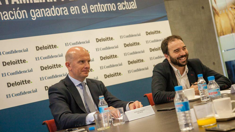Foto: Tomás de Heredia, socio de Financial Advisory de Deloitte, y Carlos Hernanz, de El Confidencial. (Foto: Jorge Álvaro)